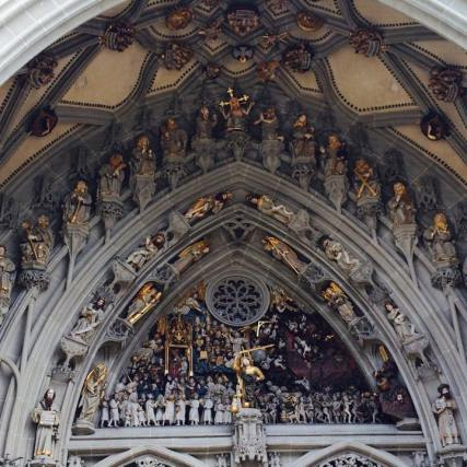 Above the main portal is a rare complete collection of Gothic sculpture. The collection represents the Christian belief in the Last Judgment where the wicked will be separated from the righteous. The large 47 free-standing statues are replicas (the originals are in the Bern History Museum) and the 170 smaller statues are all original.